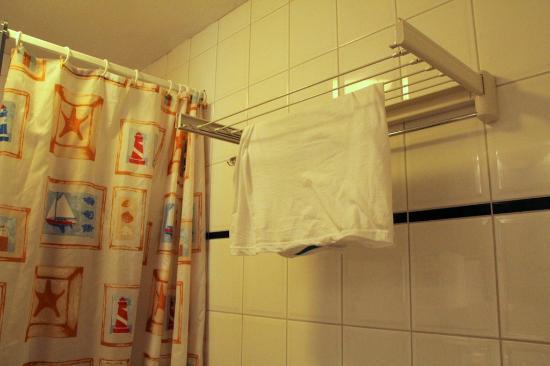 Fletcher Hotel-Resort Amelander Kaap: douchegordijn brrrrrr! Maar wel weer een waslijntje....
