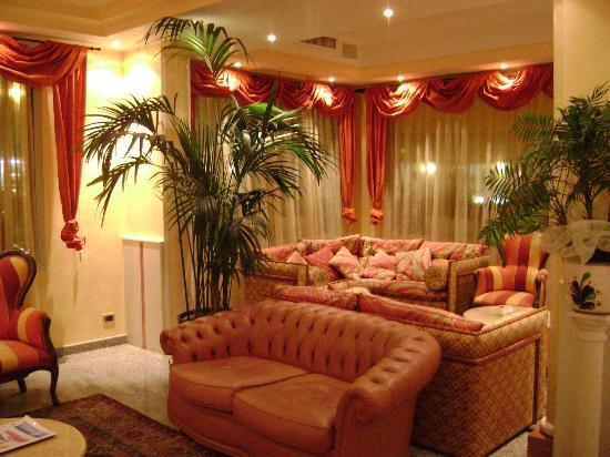 Hotel Margherita: Divani hall