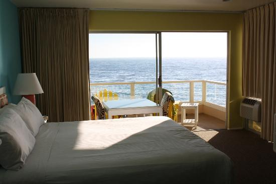 Pacific Edge on Laguna Beach, a Joie de Vivre Hotel: Large comfy bed with balcony (ocean front room)