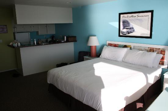 Pacific Edge Hotel on Laguna Beach: Large comfy bed with kitchen (ocean front room)