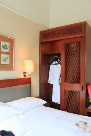 The Charterhouse Causeway Bay Hotel: Wardrobe