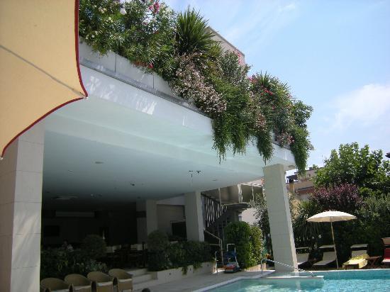 Hotel Byron: SOLARIUM E SPLENDIDA PISCINA