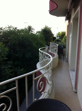 Appart'é Hôtel : balcone con parziale vista mare