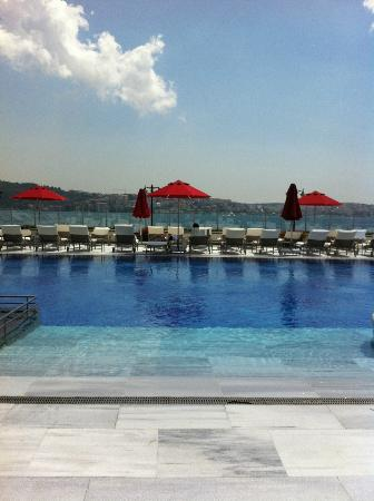 Four Seasons Istanbul at the Bosphorus: Pool area is beautiful!