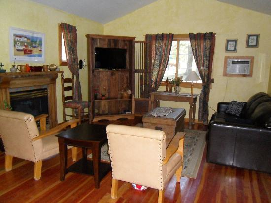 Fairmont Mountain Bungalows: Living area in Cabin 22