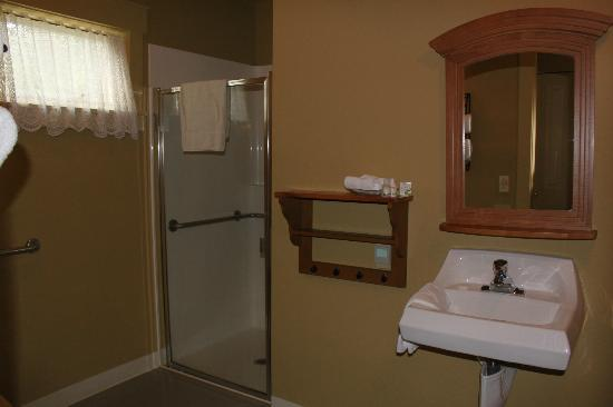 Inn at Ship Bay: Washroom