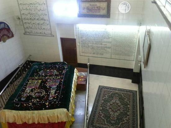 Tomb of Bahadur Shah Zafar: his grave in the basement