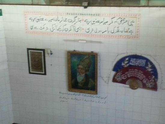 Tomb of Bahadur Shah Zafar: wall with poetry across his grave with a picture