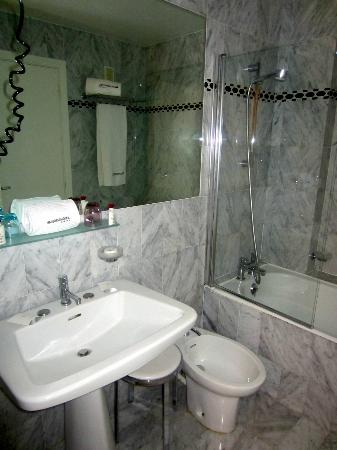 Le Grand Hotel: The bathroom-setup seen from the entrance