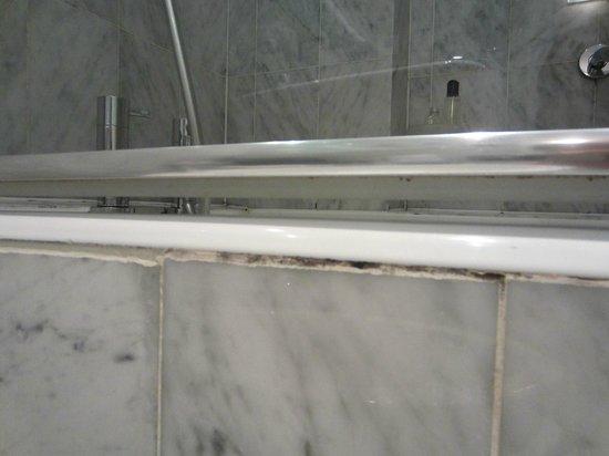 Le Grand Hotel: Dirt along the bathtub