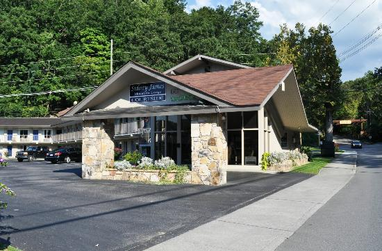 Sidney James Mountain Lodge: Courtside Entrance