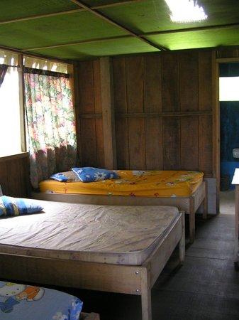 Amazon King Lodge : habitación con colchones deteriorados