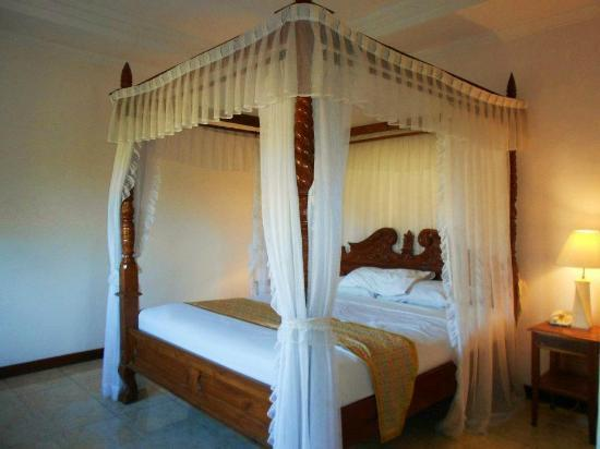 Sahadewa Resort & Spa: Lovely 4 Poster Wooden Bed w/ Carvings
