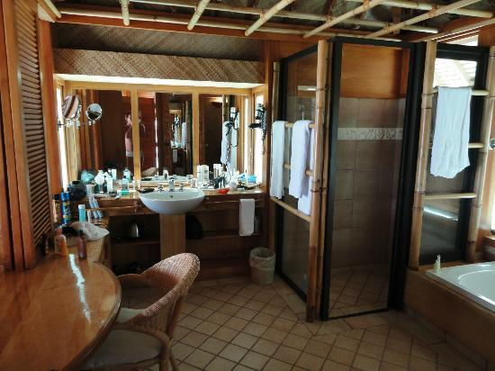 Bora Bora Pearl Beach Resort & Spa: Bathroom with double sinks and large shower