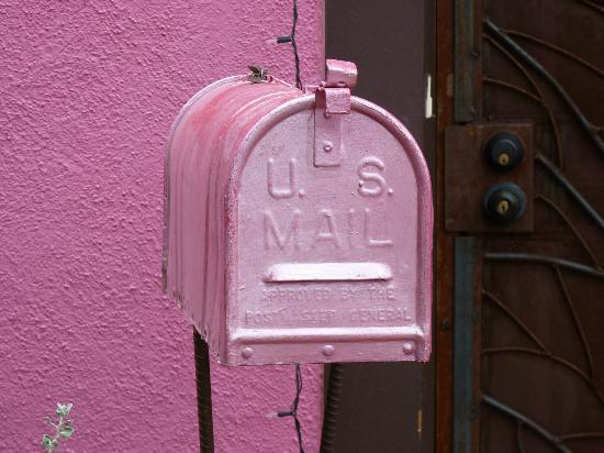 Barrio Historico: Mailbox matching pink house