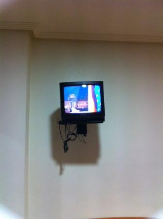 Los Palacios: Small tv with only Spanish channels and radio