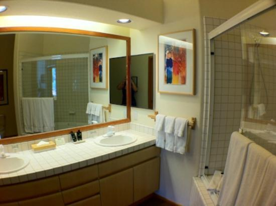 Squaw Valley Lodge: master bathroom