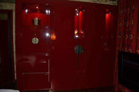 Buddha-Bar Hotel Prague: Wardrobe & Cupboards for Safe / Fridge / Coffee