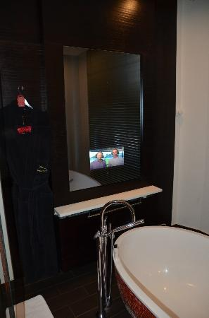 ‪‪Buddha-Bar Hotel Prague‬: TV in front of Bathtub