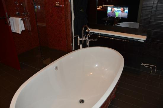‪‪Buddha-Bar Hotel Prague‬: Bathtub & TV