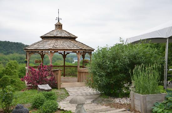 Patowmack Farm: Gazebo outside the restaurant