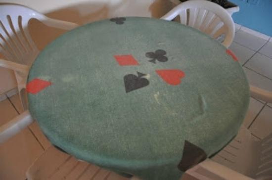 Thermas Piratuba Park Hotel : Toalha de mesa de jogos, puida e desbotada