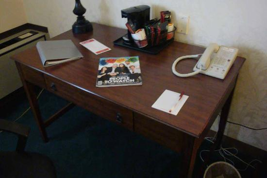 Ramada Plaza Hagerstown: Functional Desk with Coffee at Hand