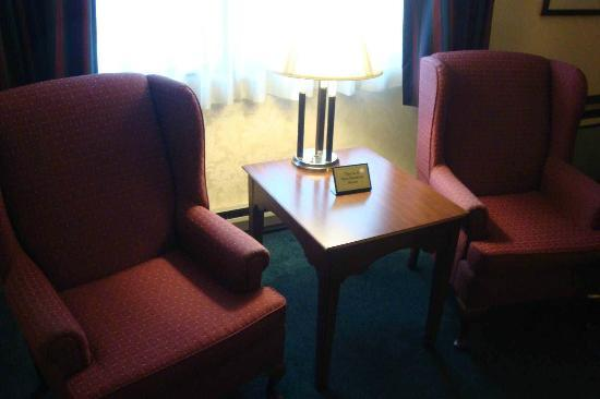 Ramada Plaza Hagerstown: Large Room with 2 Comfortable Chairs