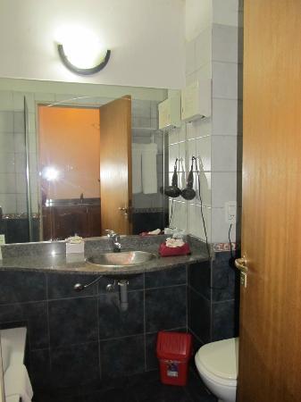 Apart Hotel Alvear: Falta mas luz en el baño