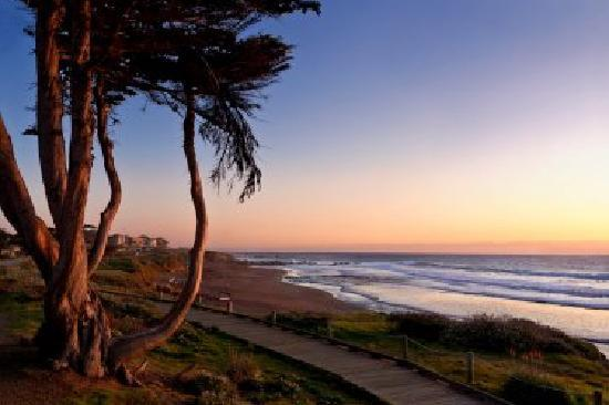 Cambria, CA: Surreal sunsets along Moonstone Beach