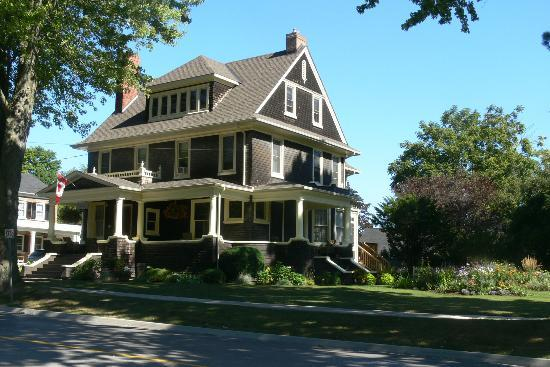 Brown's Manor Bed and Breakfast : B&B Exterior
