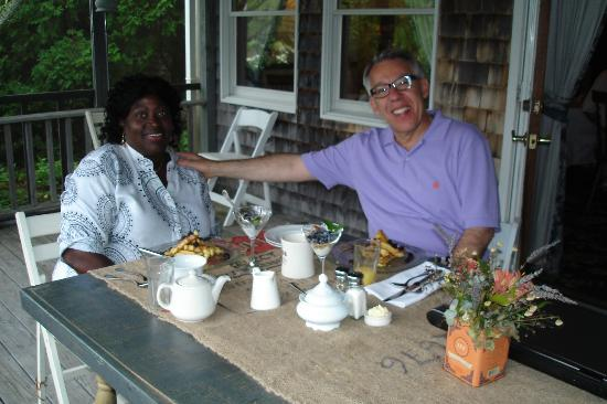 Bradley Inn: Breakfast on the porch