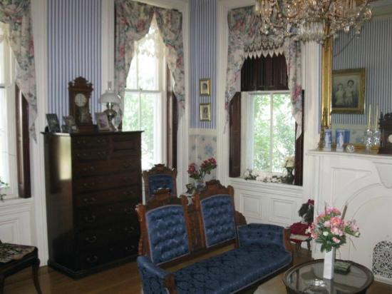 Lovelace Manor Bed and Breakfast: Parlor