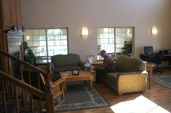 Country Inn & Suites By Carlson, Chippewa Falls : Welcoming lobby ... a place to relax.