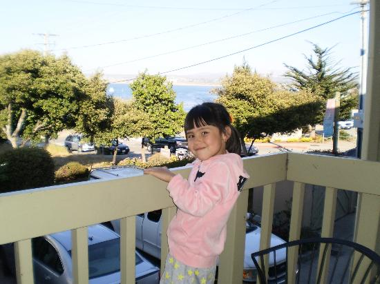 Cannery Row Inn: Phoebe on the balcony