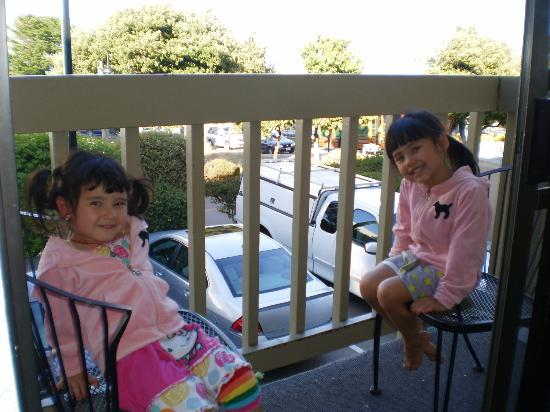 Cannery Row Inn: Lexi & Phoebe on the balcony