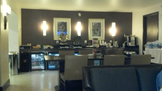 Sheraton Philadelphia Society Hill Hotel: 3rd floor Club Lounge, view of the food bar