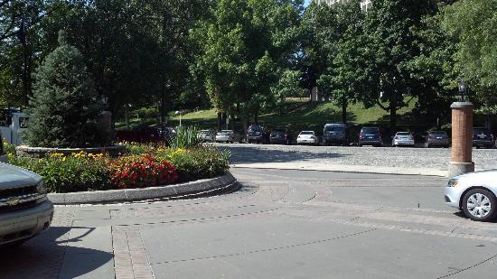 Sheraton Philadelphia Society Hill Hotel: Valet driveway