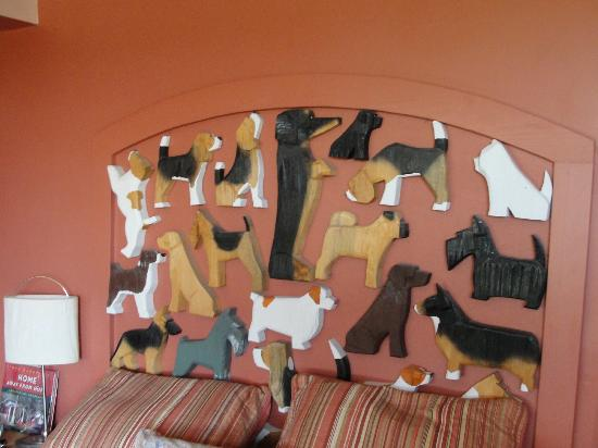 Dog Bark Park Inn: Headboard on the bed in the main area
