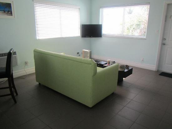 Hollywood Beachside Boutique Suites: Living Room from the kitchen