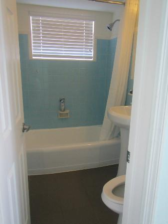 Hollywood Beachside Boutique Suites: First bathroom