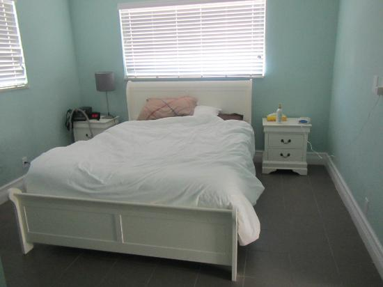 Hollywood Beachside Boutique Suites: Bedroom, we had already made a mess, it was pristine when we walked in