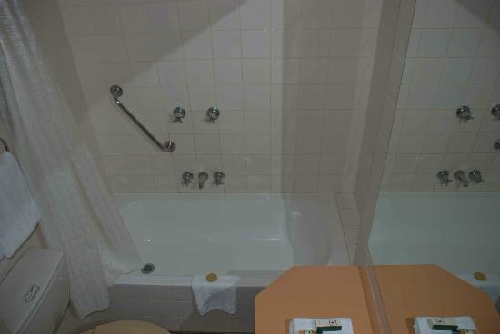 DeVere Hotel: Little bath