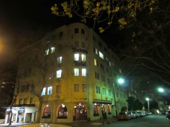 โรงแรมเดอเวียร์: Devere Hotel at night