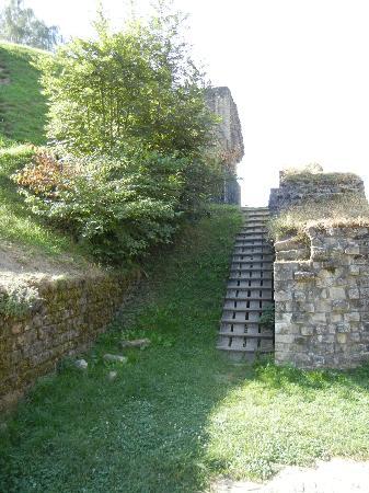Amphitheater: steep ramp to higher ground