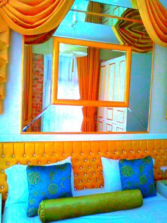 Galata Suite Home: I like my Corner Room)
