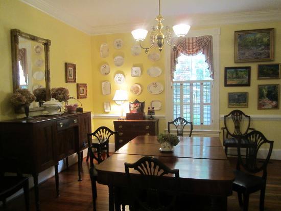 The Schooler House Bed & Breakfast: Dining Room