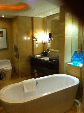 Chongqing Jinjiang Oriental Hotel: nice bathroom