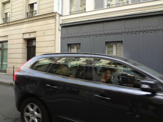 Holiday Inn Paris Elysees: Constant traffic passing by our window...terribly noisy!!!