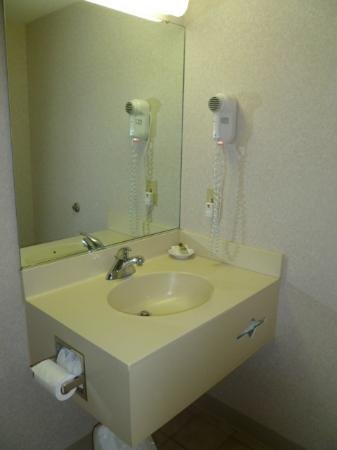 Parkside Inn -  Bridgeside: Bathroom vanity